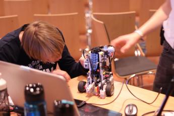 Ein Pokal so schwer wie 147 Legosteine – die Roboter-AG bei der WRO 2019