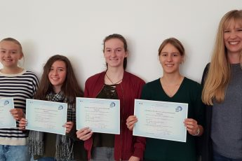 Erfolgreiche DELF-Schülerinnen des GySar